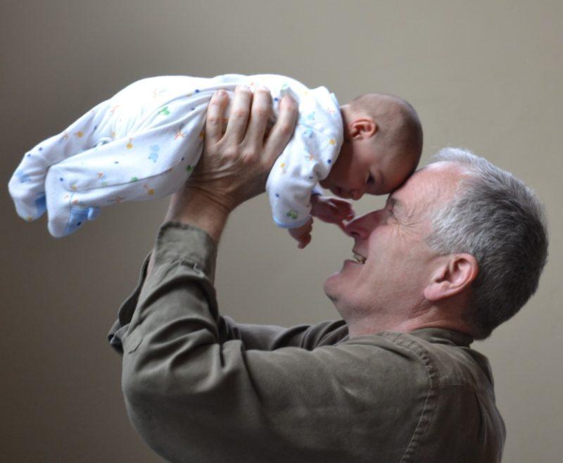 Personnes âgées et Bébés (source : Pixabay)